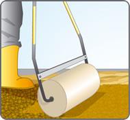 Compacter le sol à l'aide d'un rouleau à gazon